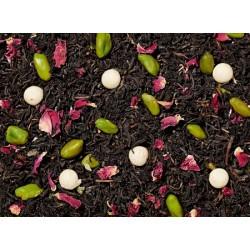 Nuestra muy popular base de té negro presenta una nueva apariencia. Pistachos verdes, pétalos de rosa brillante y para algo esp