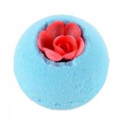 Disfruta de un baño floral con la bomba Darling Flower de Treets Bubble.  Modo de empleo: dejar caer la bomba suavemente en e