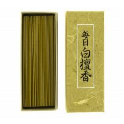 Mainichi Byakudan, sándalo de cada día.  Este incienso está fabricado con abundante sándalo de la India mezclado con otras fr