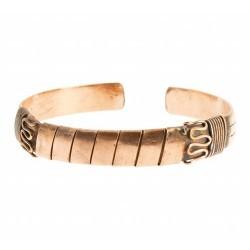 Esta pulsera lleva grabada la serpiente de fuego tibetana, símbolo vinculado a la circulación de la energía por todos los chakr
