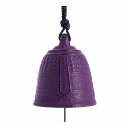 Esta campanita de hierro colado está fabricada de forma artesanal por la empresa Iwachu en Morioka, Japón. Se cuelga tradiciona