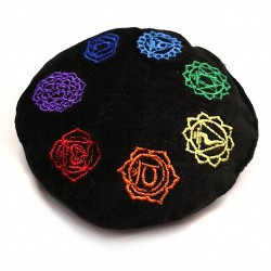 Pequeño cojín de tercipelo y bordado con símbolos de los 7 chakras.  Relleno: Trigo  Tamaño 12cm Grosor 3cm