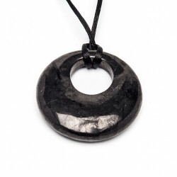 Colgante de  shungita pulida en forma redonda.  Medida: 4.5cm  Medida agujero:2cm Se presenta con cordón de seda negro y c
